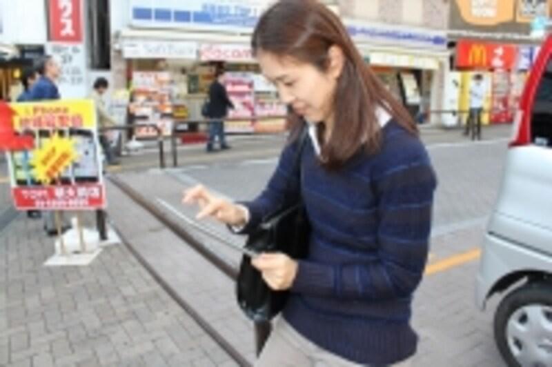 iPadで資料の確認やメッセージの確認をする
