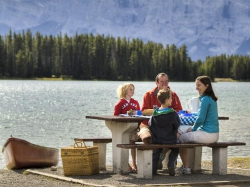 アウトドアを楽しむなら、やはり夏休み期間がベスト(C)BanffLakeLouiseTourism/PaulZizka