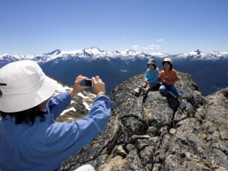 ウィスラー山頂で記念撮影。ゴンドラとリフトで簡単にアクセスでき、周辺でのハイキングも可能(C)TourismBC/ToshiKawano