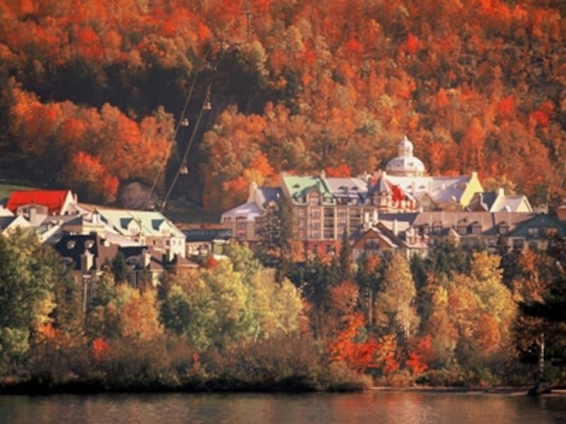 紅葉ツアーのハイライト、ローレンシャン高原。ここにずっと滞在するなら、ウィスラーのような楽しみ方も可能(C)ToursimQuebec