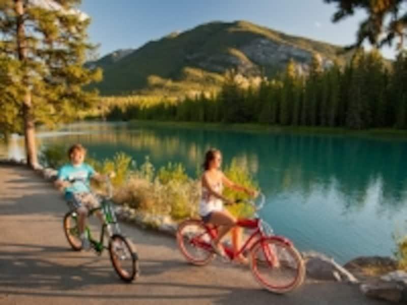 サイクリングは、気軽にできるアクティビティの一つ。ショップによっては、子供用の自転車もあり(C)BanffLakeLouiseTourism/PaulZizka