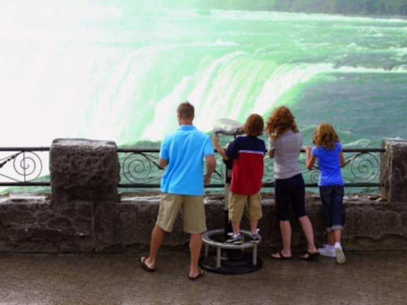 轟音を立てて流れ落ちる滝は、あまりの音の大きさにお子さんは怖くなってしまうほど!(C)TourismOntario