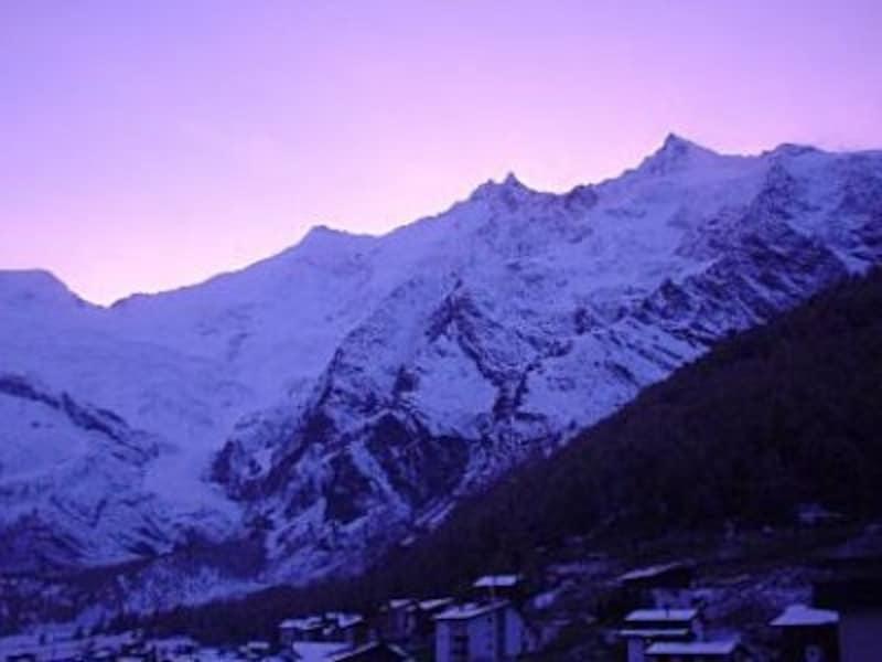 朝焼けに染まるミシャベル山群
