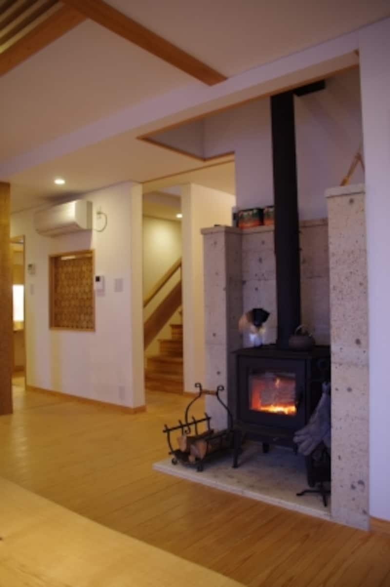 リビングに設けられた薪ストーブ。家全体が暖まるようにストーブはなるべく家の中央に設ける。