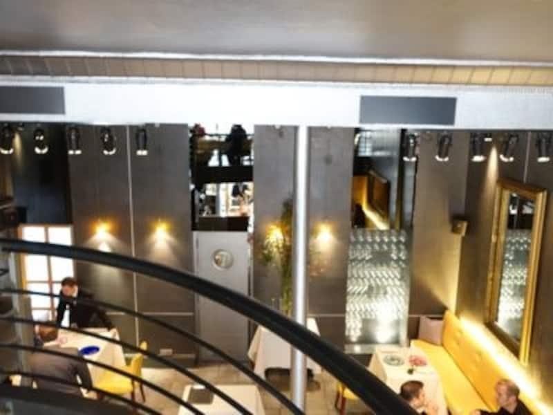 店内はシルバーとグレーを基調にシックな印象。ロフト的な2階席があり、今回はこちらで頂きました。