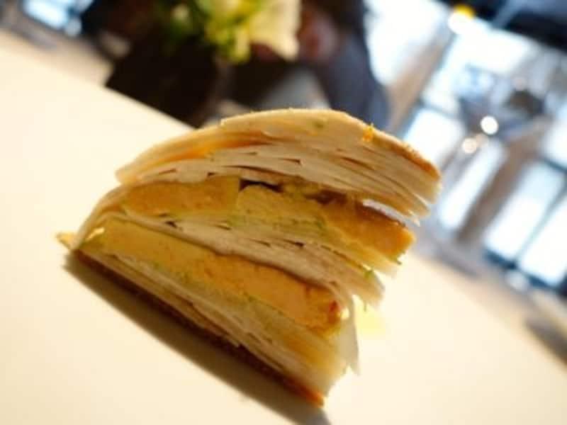ミルフィーユの様な前菜のフォアグラ。層になっているのは青リンゴ。間の空気感と一緒に頂き一層フレッシュな口当たり。