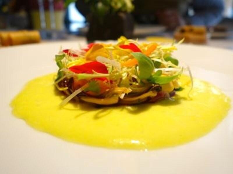 アルファルファとハーブがふんわり。華やかな香りとソースの鮮やかさにハッと驚く前菜。