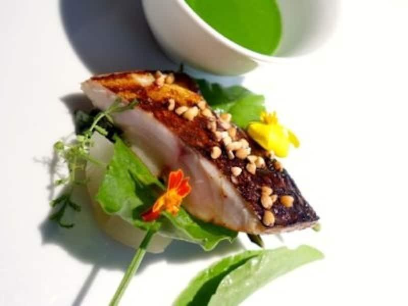 お魚は鱈。香ばしく焼かれた皮目とやはり鮮やかなソースが印象的