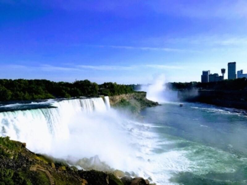 アメリカ側からもカナダ側からも大迫力のナイアガラの滝を見ることができます