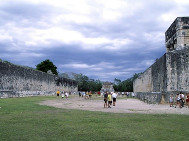 球戯場。左右の壁の上部に小さい輪があるのが見えるだろうか。ここに手を使わずに、ゴム・ボールを入れると勝者となる©牧哲雄