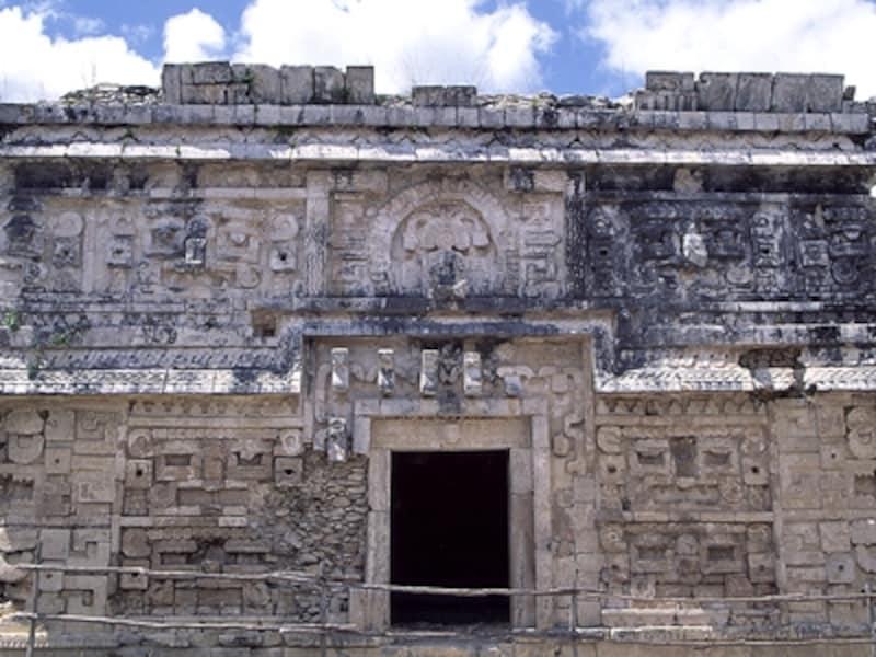 尼僧院。拡大写真をよーく見てみよう。壁が雨の神チャックの顔で覆われているのがわかるだろうか©牧哲雄