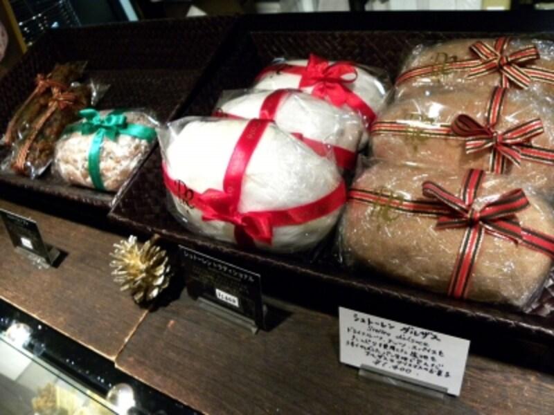 菅又シェフはアルザスの伝統菓子が得意。2013年のクリスマスは4種の「シュトーレン」や「ベラベッカ」が登場