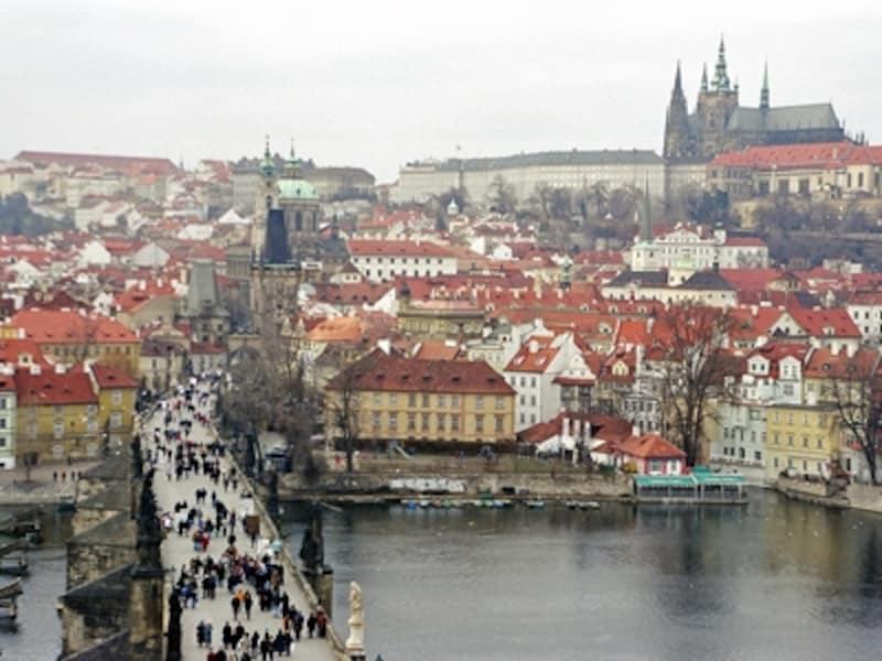 橋塔から見たマラー・ストラナとフラッチャニ地区。中世の街並みがそのまま残っている。左下がカレル橋で右上がプラハ城©牧哲雄