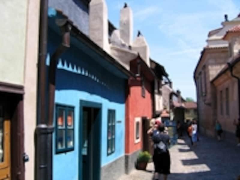 とてもキュートなプラハ城内の黄金小路。青い建物がカフカが仕事場としていた家