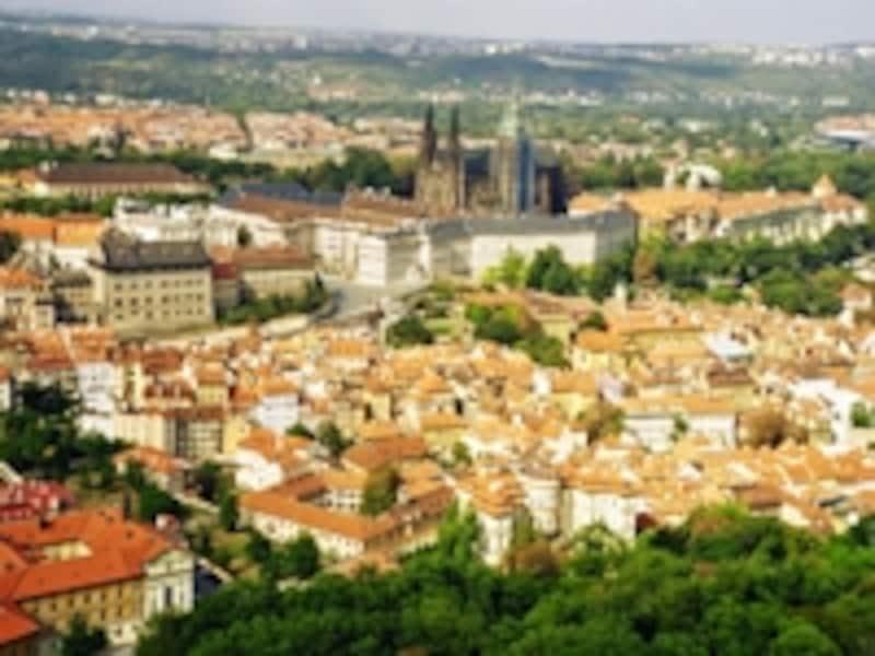 フラッチャニと呼ばれる丘の上からプラハを見下ろすプラハ城。ペトシーン公園展望塔からの眺望