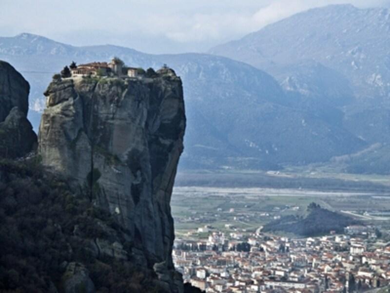 メテオラのランドマーク的な修道院、アギア・トリアダ。突き出した奇岩の上にあり、岩を落ちると数百メートル真っ逆さま