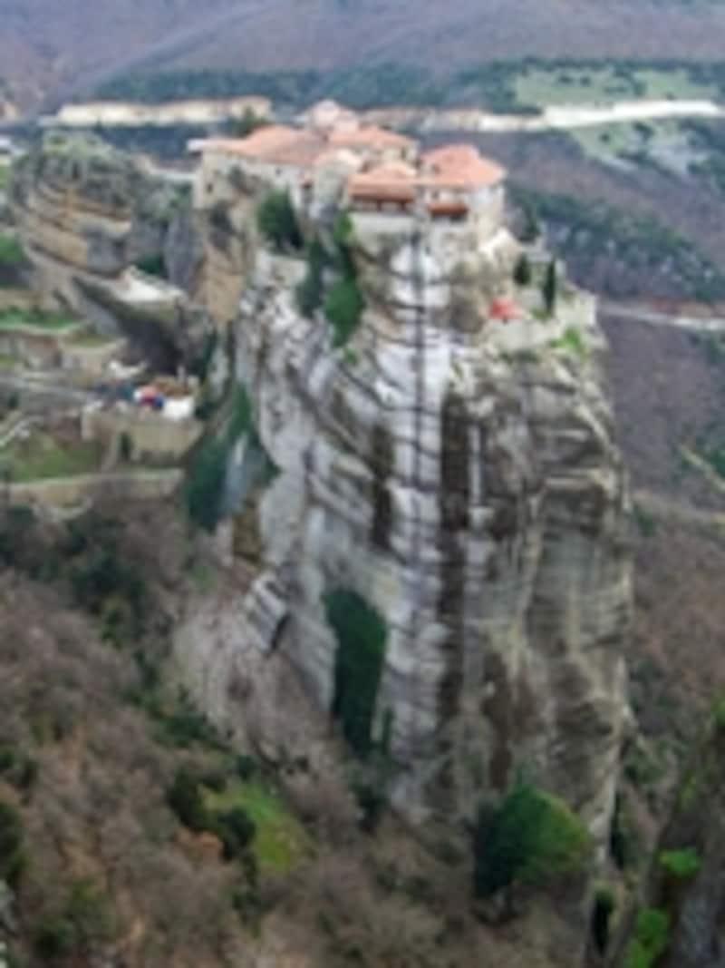 周囲を断崖絶壁に囲まれたヴァルラアム修道院