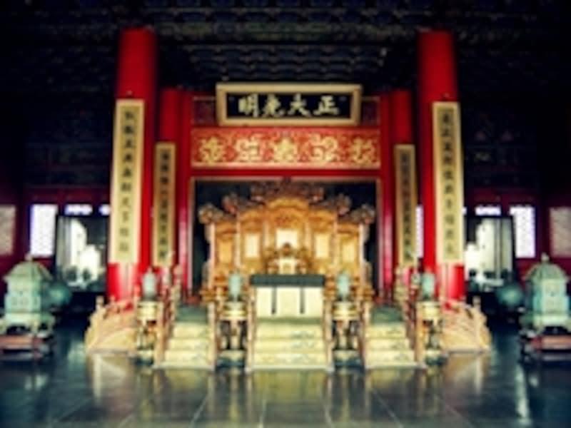乾清宮の玉座。清の時代、皇帝は次期皇帝の名前を記した詔書を「正大光明」の額の後ろに納め、皇位を継承した(太子密建の法)。ラストエンペラー溥儀が皇位を引き継いだのもここ©牧哲雄