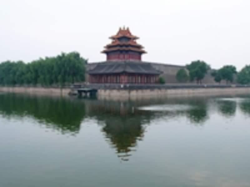 幅52m、深さ6mにもなる堀と、紫禁城の四隅に建つ角楼©牧哲雄