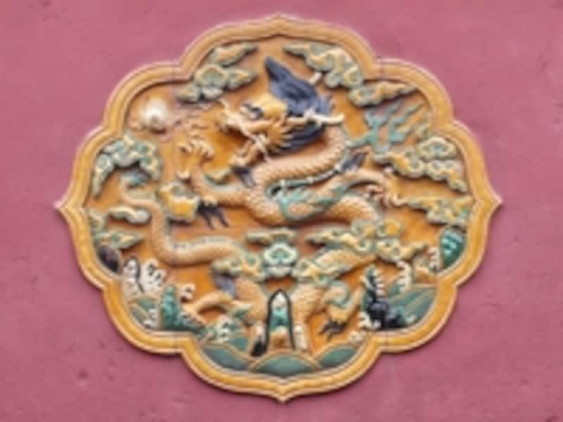 皇帝は龍の子。最高位を意味する5指を持ち、中央を意味する黄のうろこに蔽われた紫禁城の龍