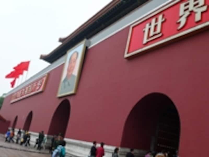 毛沢東の肖像がかかった天安門。ふたつのスローガンは「中華人民共和国万歳」と「世界人民大団結万歳」