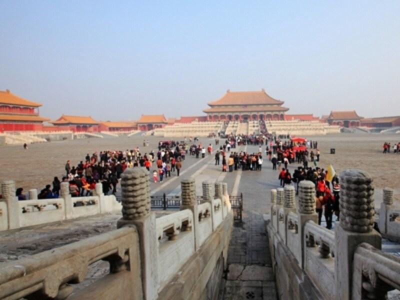 朱と黄金で囲われた紫禁城の壮大な景観。正面の建物が太和殿