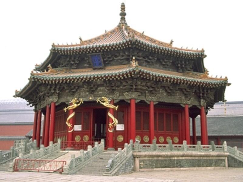 ヌルハチが建てた瀋陽故宮の大政殿。ここで各種式典を執り行った。モンゴルの移動式住居パオを模して造ったため八角形になったと言われている©牧哲雄