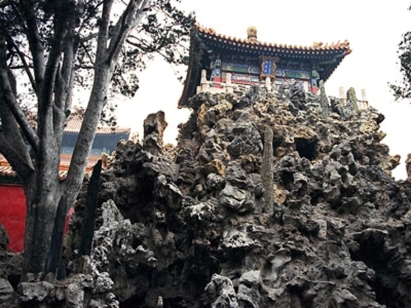 代々の皇帝がくつろいだという庭園、御花園。中国全土から集められた古木が美しい。写真は奇岩の上に立つ御花園の御景亭©牧哲雄