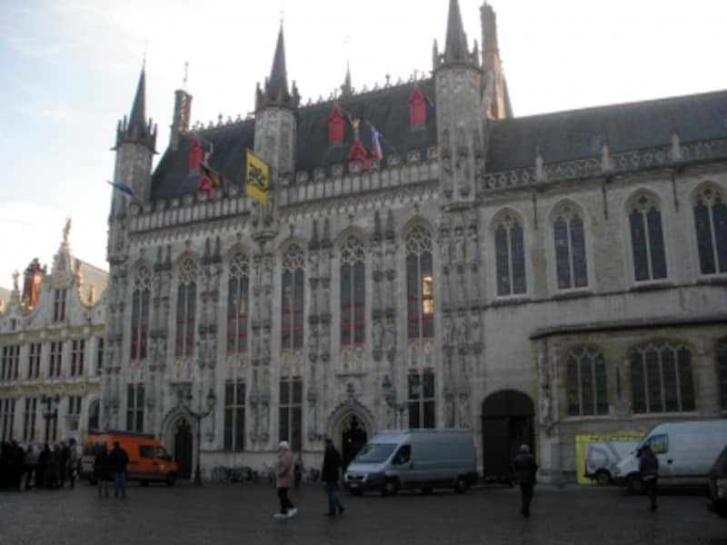 ブルージュ市庁舎、バジリカ、裁判所が並ぶ