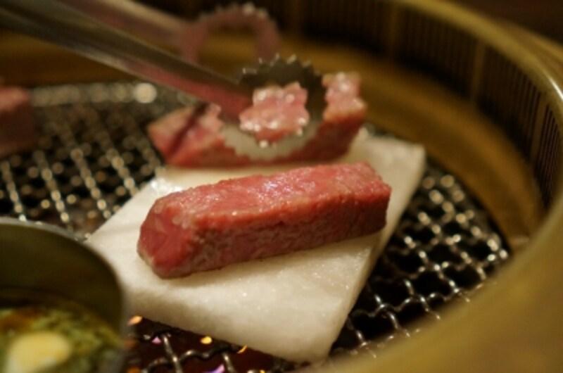 塩プレートの上でヒレを焼き上げていただくものもあります。