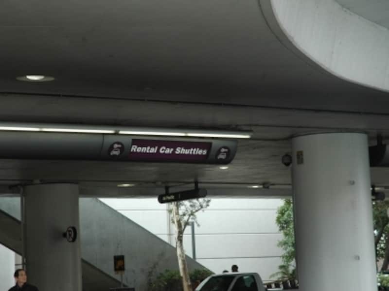 ロサンゼルス国際空港のレンタカーの看板