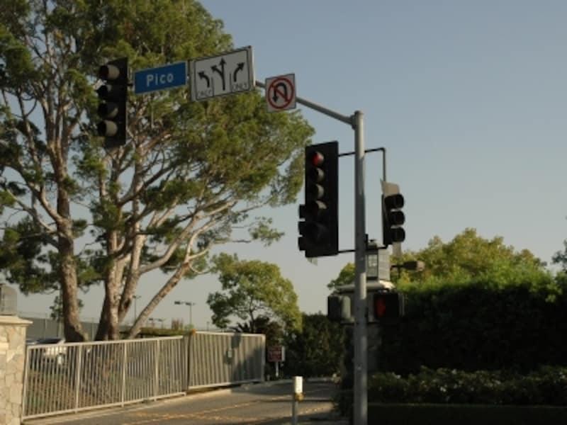 交差点赤信号でも 右折はOK