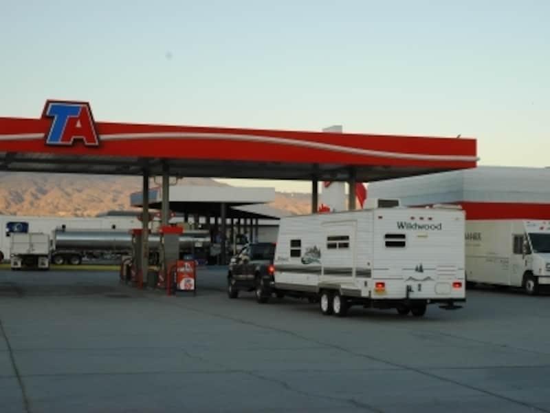 フリーウェイの近くにあるガソリンスタンド
