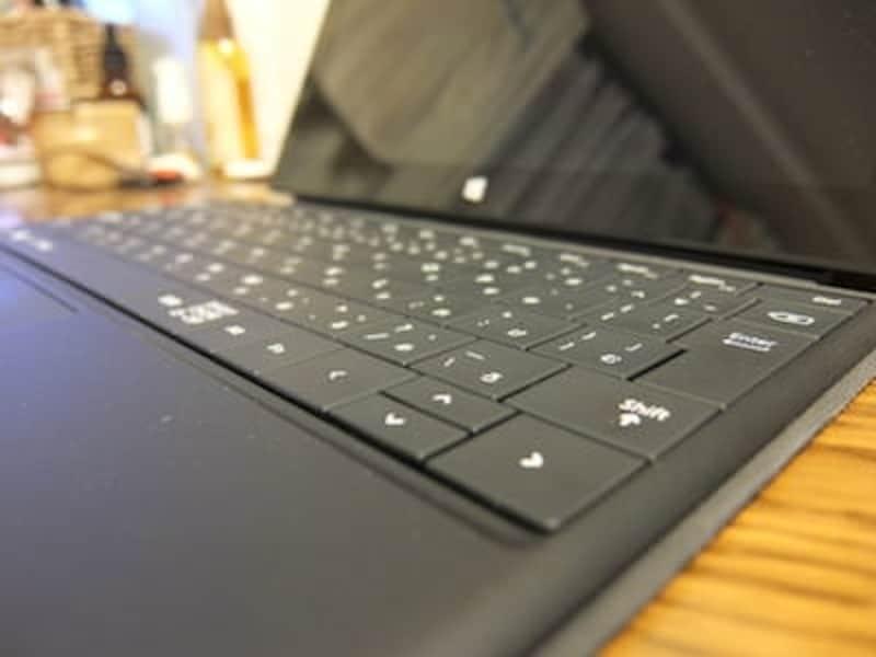 キーボードは非常に薄型で、ひとつひとつのキーが飛び出ていないタイプ