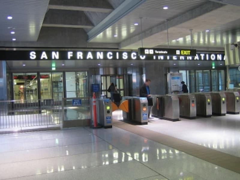 世界各国からの旅行者が大勢利用する駅です