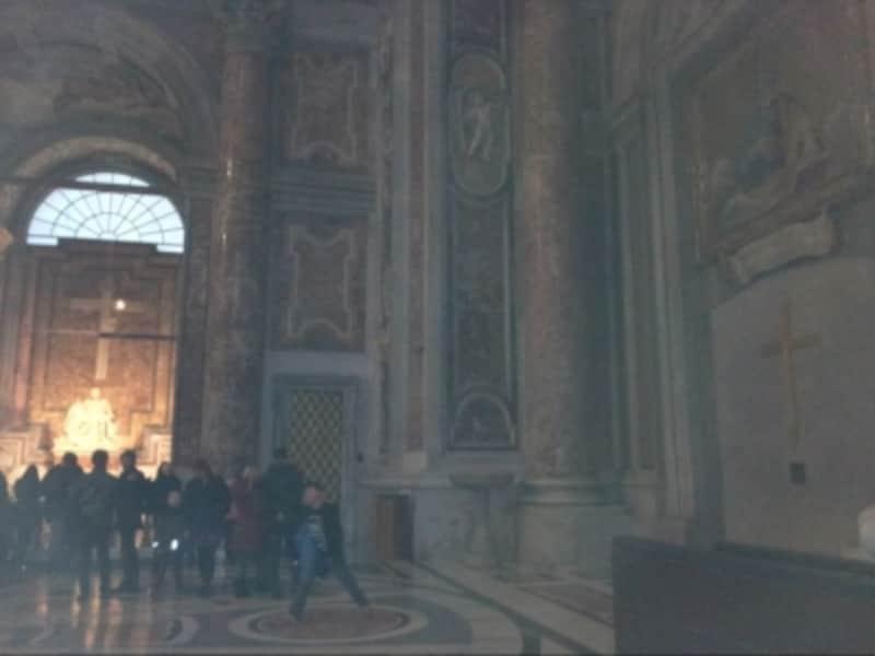 奥で白く輝くのがピエタ像。右には聖なる扉の内側が見えています