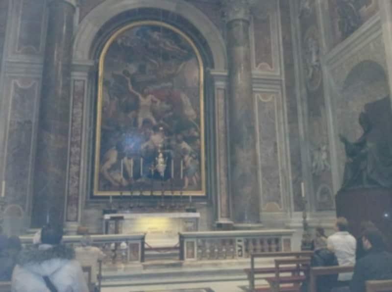 聖セバスティアヌス礼拝堂には聖ヨハネ・パウロ2世の墓があり、常に多くの信者の方が祈りを捧げてます