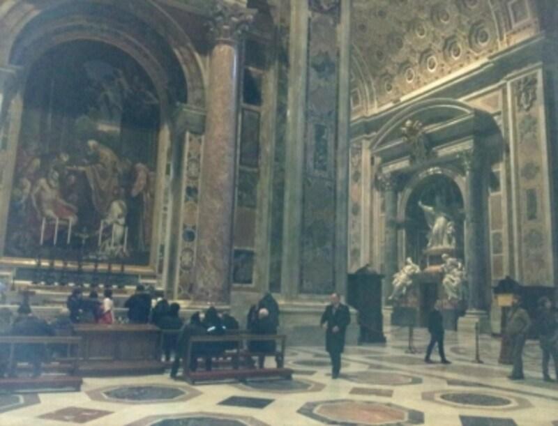 聖ヒエロニムスの祭壇には聖ヨハネ23世の墓があり、常に信者の方が祈りを捧げています