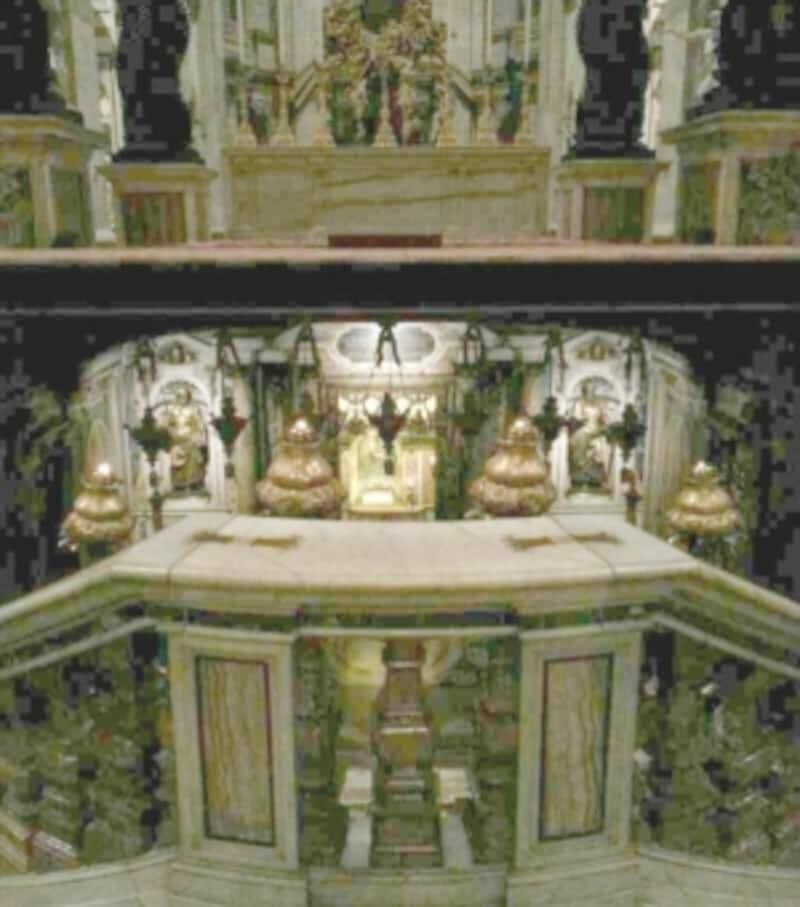 天蓋の下にある聖ペテロ聖遺物礼拝堂を見下ろしたところ