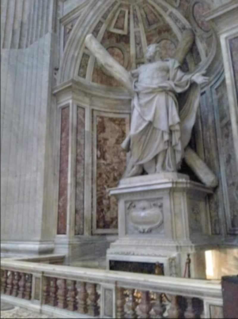 クーポラを支える4本の大黒柱のうち、左手前の柱には聖アンデレの像があります。右手にグロッタへの入口が見えます