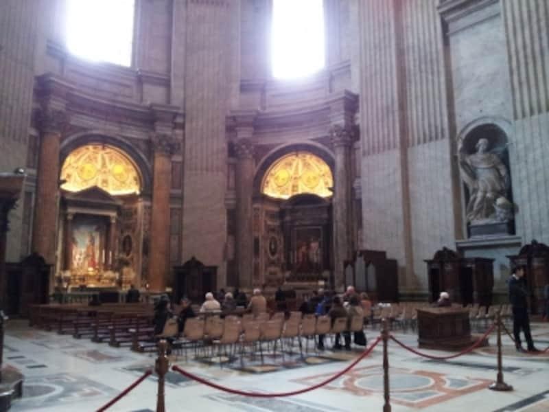聖ヨセフ祭壇前は祈りを捧げる人のためのエリアです。静かに祈る人は誰でも入れます