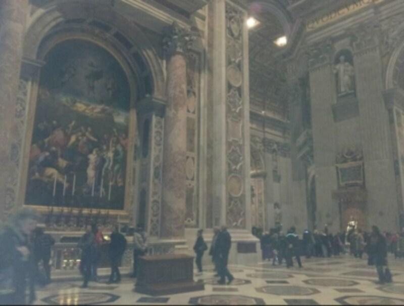 変容の祭壇の下には福者インノケンティウス11世の墓があります