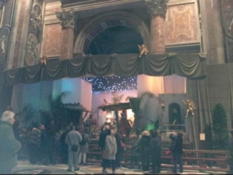 クリスマスには洗礼礼拝堂にキリスト生誕シーンの模型Presepeが置かれます