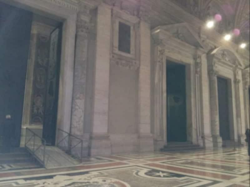 玄関廊。左から、死の扉、善と悪の扉、フィラレーテの扉