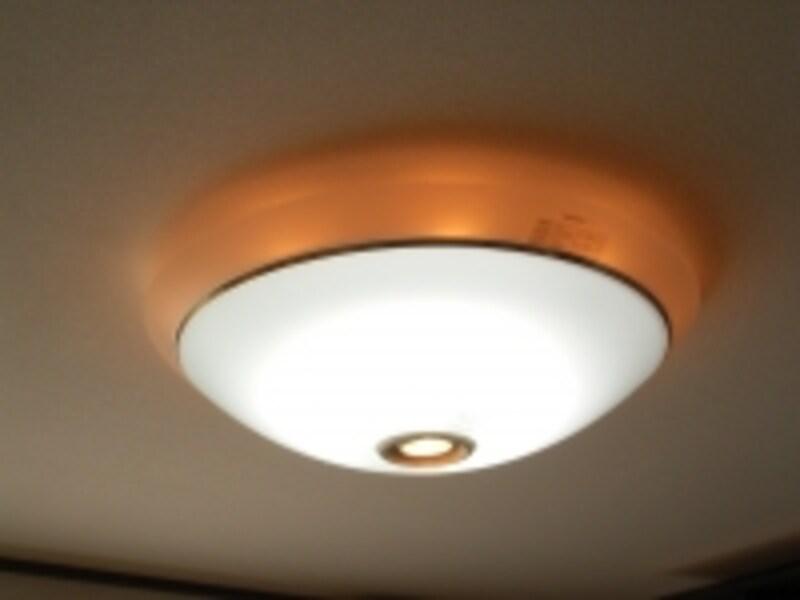 天井に直付けするシーリングライト。乳白色のカバーで電球を覆い、調光機能がついたタイプ。