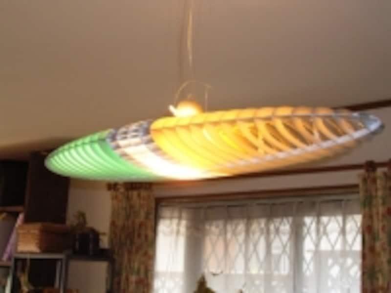 ミラノのデザイナーによるペンダントライト。照明の色もいろいろ変えられる。
