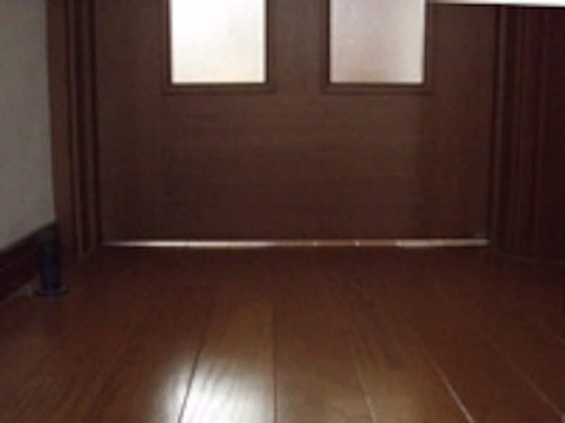 ドアの下端にある細長い隙間、これがアンダーカットです。