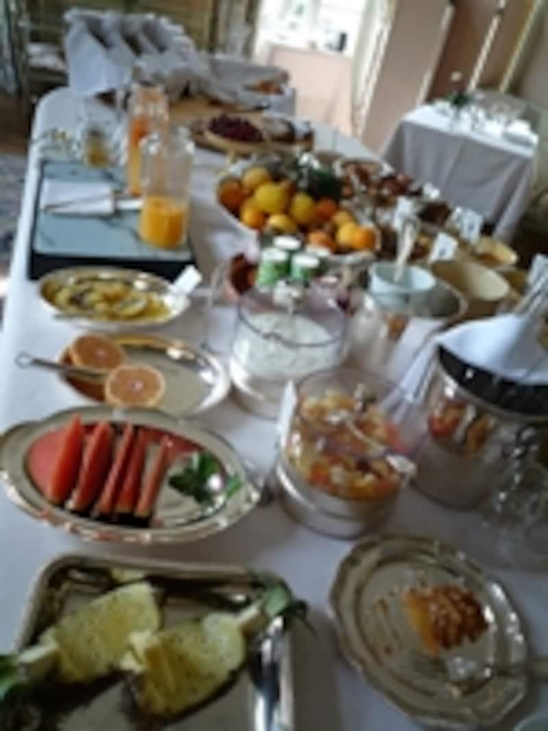 贅沢な朝食はガーデンテラスで