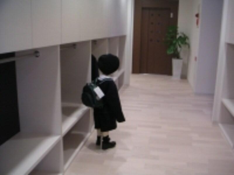 入口を入ると園児たちが自分で制服をかけるクロゼットスペースが。自立性を重んじる