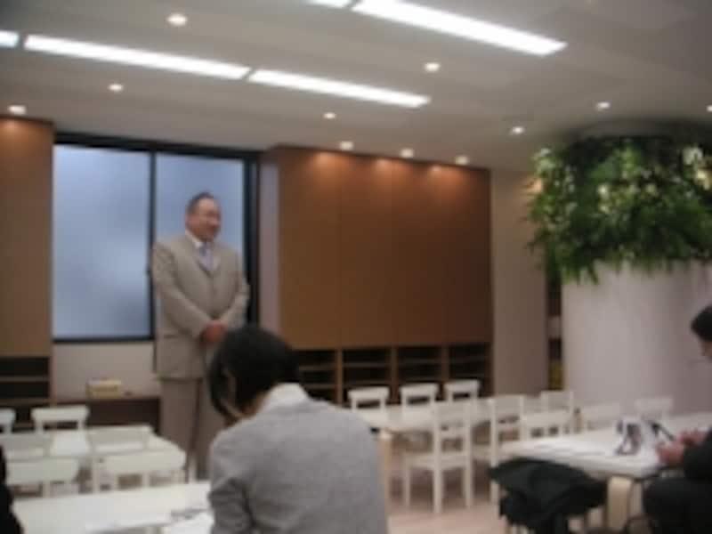 報道向け内覧会で説明するコビーアンドアソシエイツ社長